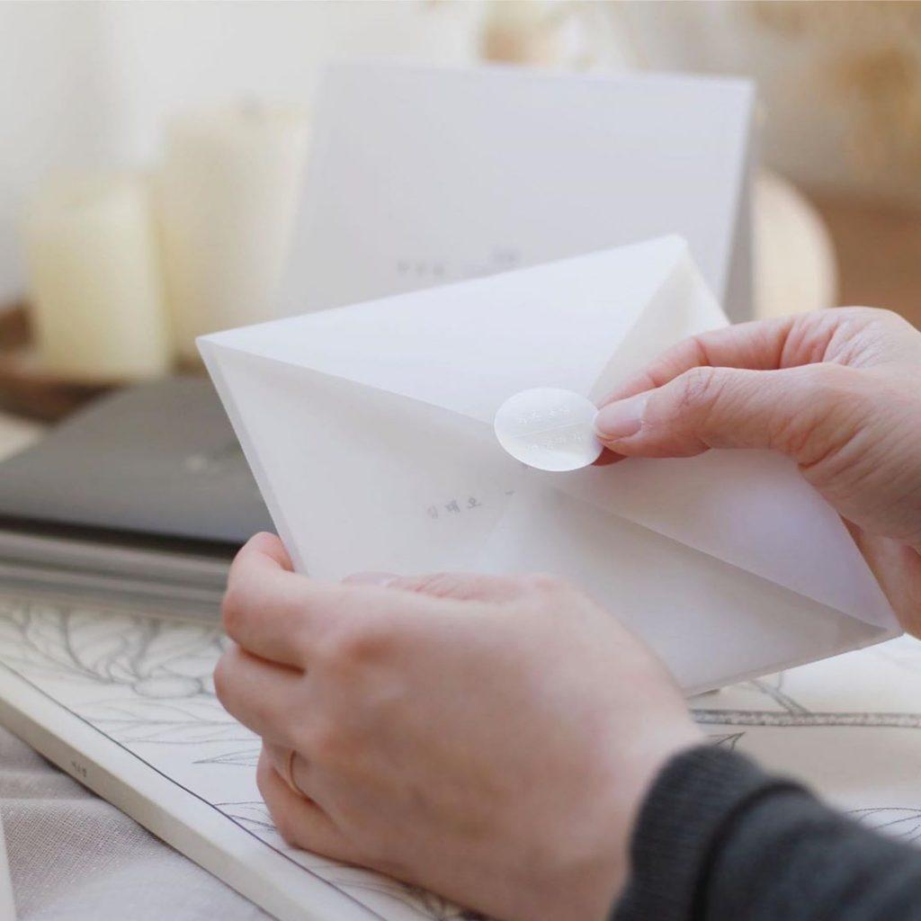 Học cách đưa thiệp cưới đơn giản mà tinh tế kiểu Nhật