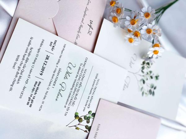 In thiệp cưới đẹp giá rẻ với mẫu hoa văn nhẹ
