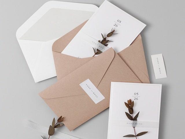 Mẫu thiệp cưới bì thư kết hợp phong cách Vintage được in từ những loại giấy đạt chuẩn chất lượng đa dạng về màu sắc