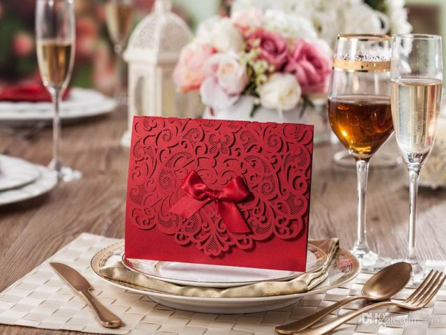 Thiệp đỏ phong cách cổ điển