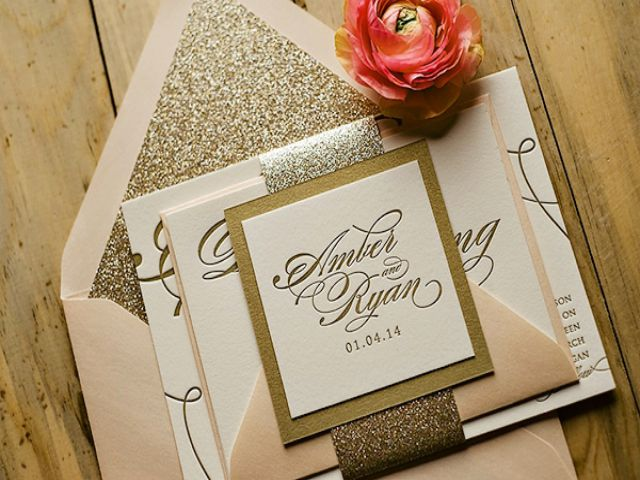 Thiệp cưới màu kem ấn tượng khi kết hợp cùng kim tuyến