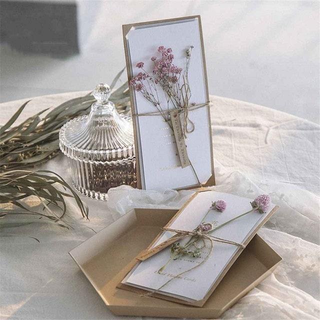 Hoa khô trang trí tạo điểm nhấn cho thiệp cưới
