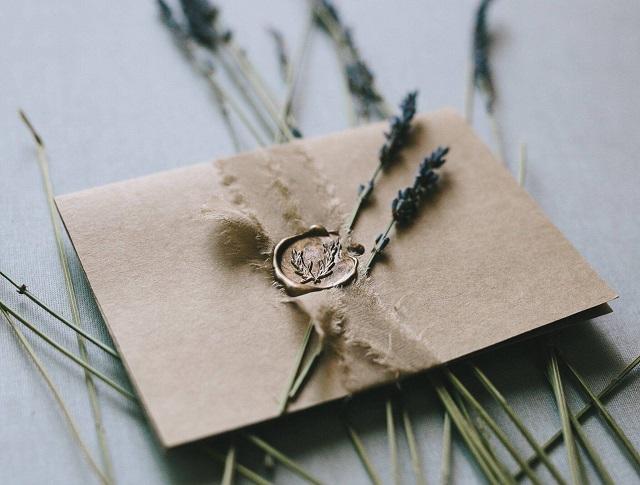 Dấu sáp có công dụng trang trí và niêm phong thiệp cưới