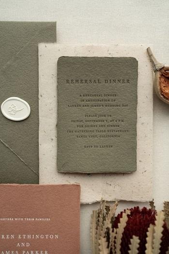 Thiệp cưới là từ giấy giả da