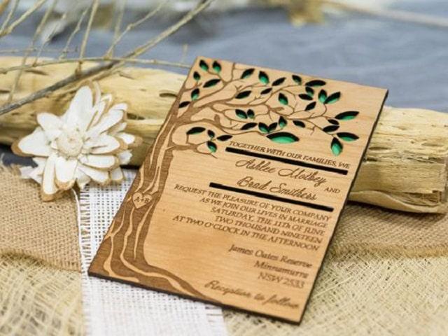 Sử dụng gỗ để thiết kế thành thiệp mời cưới vô cùng độc đáo, ấn tượng